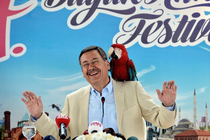 FOTO:İHA - Melih Gökçek, festivalin tanıtımını 'papağan' ile yapmıştı.