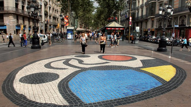Ünlü İspanyol ressam Joan Miro'nun kaldırıma yaptığı döşemenin yakınında duran saldırganlar burada saldırıya devam etti.