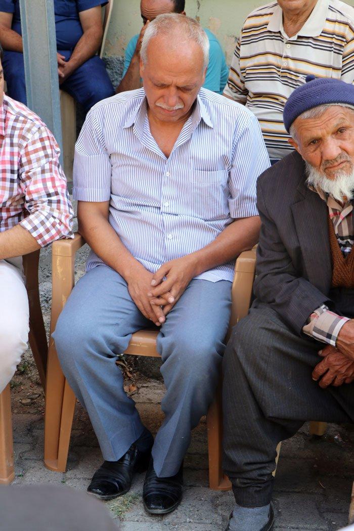 FOTO:İHA - Şehit babası yakınları tarafından sakinleştirilmeye çalışıldı.