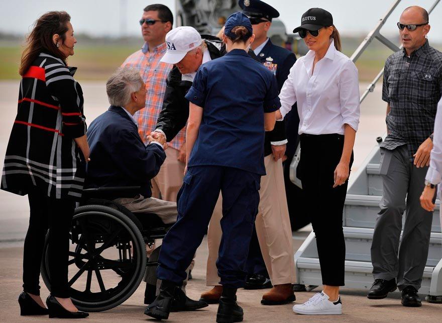 Eleştirilerin ardından Melania Trump'ın üzerinde FLOTUS yazan şapkası ve beyaz spor ayakkabıları dikkat çekti.
