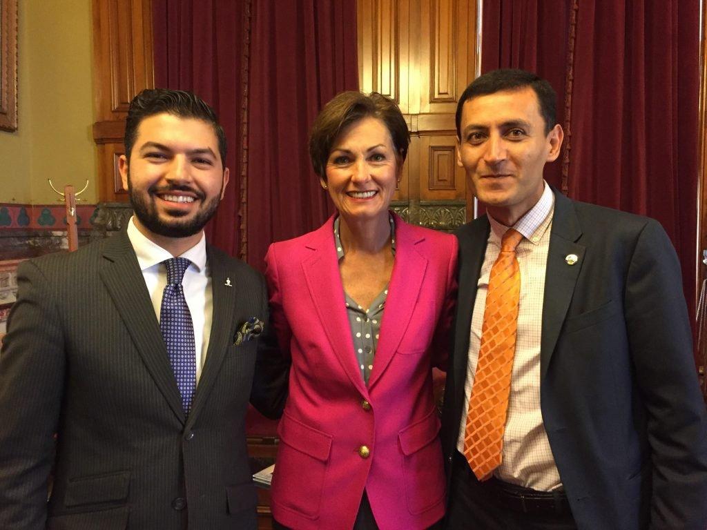 Vali Reynolds, açıklama sonrasında Ermeni lobisiyle poz vermekten çekinmedi.