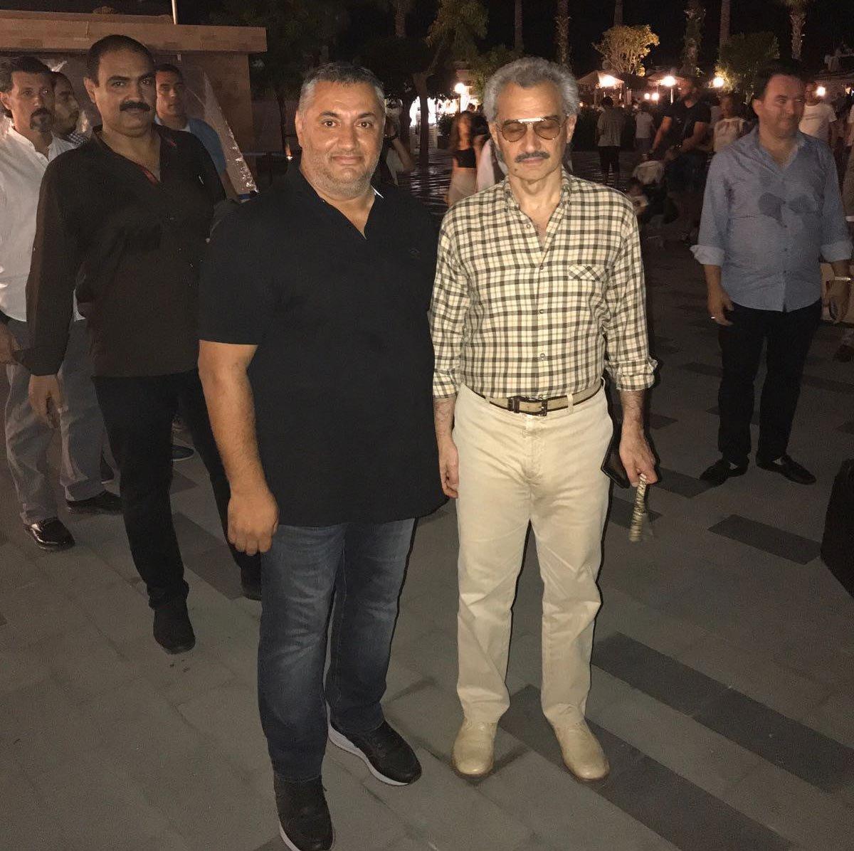 FOTO:İHA - Suudi Prens (sağdaki) vatandaşlarla da hatıra fotoğrafı çektirdi.