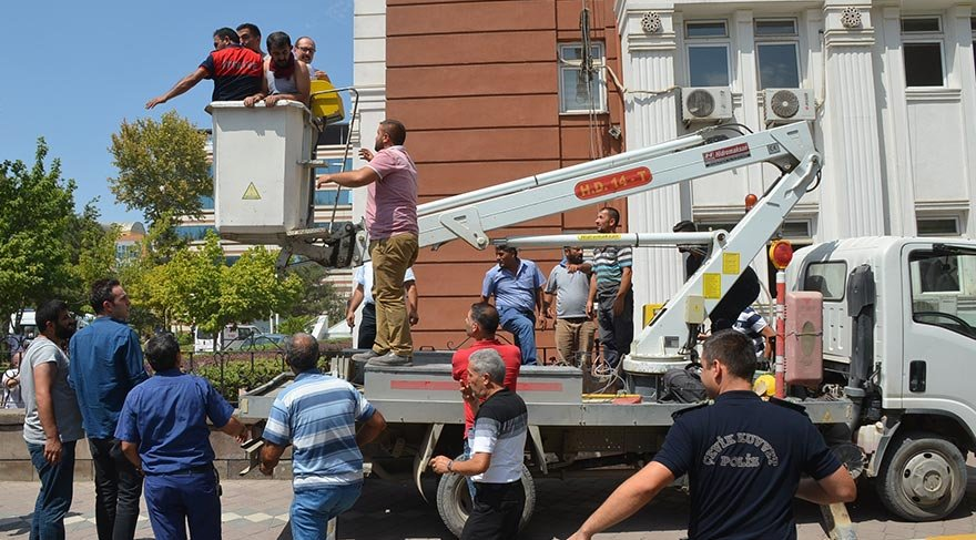 Iğdır Valiliği'nde çıkan yangında 8 çalışan dumandan etkilendi