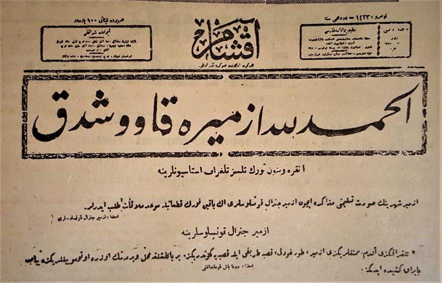 """10 Eylül 1922 tarihli Akşam Gazetesi. Manşette büyük puntolarla """"Elhamdülillah İzmir'e kavuştuk' yazıyor."""
