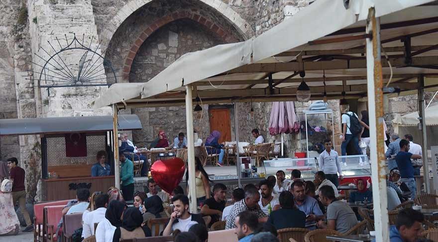 Vatandaşlar medresedeki kafede nargilelerini fokurdatıyor.