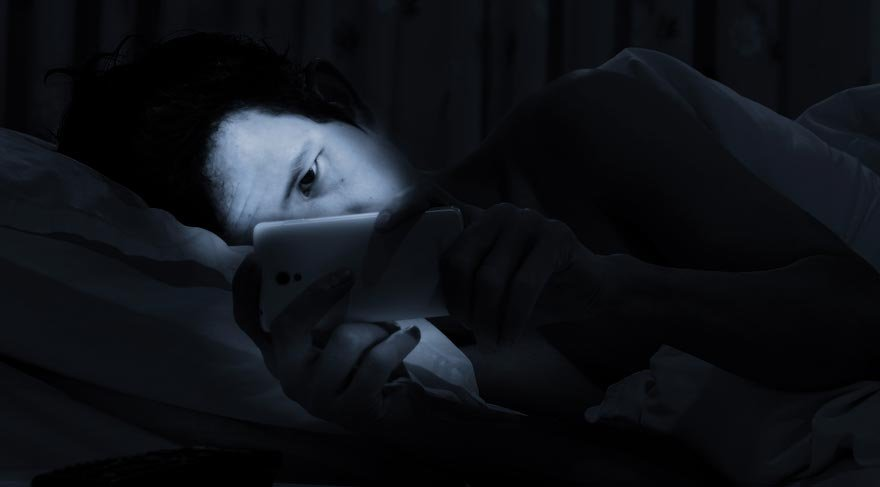 Cep telefonlarındaki mavi ışık sağlığı bozuyor!