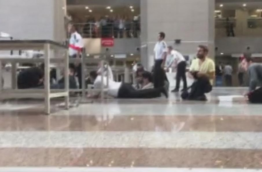FOTO:İHA - Silahları sesleri üzerine adliyenin içinde de büyük panik yaşandı.