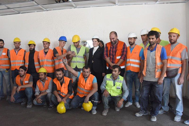 FOTO:SÖZCÜ - Yavuz ALATAN/ Akşener tadilat çalışmasını yürüten işçilerle de hatıra fotoğrafı çektirdi.