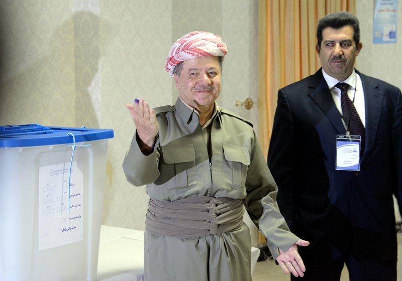FOTO:DHA - Oyunu kullanan Barzani gazetecilere böyle poz verdi.