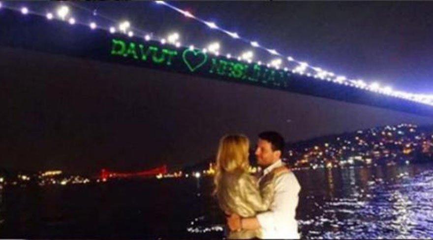 Ünlü isim aşkını köprüye yazdırdı