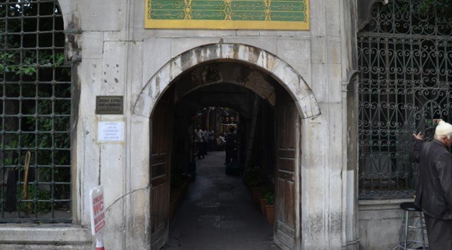 Çorlulu Ali Paşa Medresesi'nin kapısını reklam panosu yaptılar!