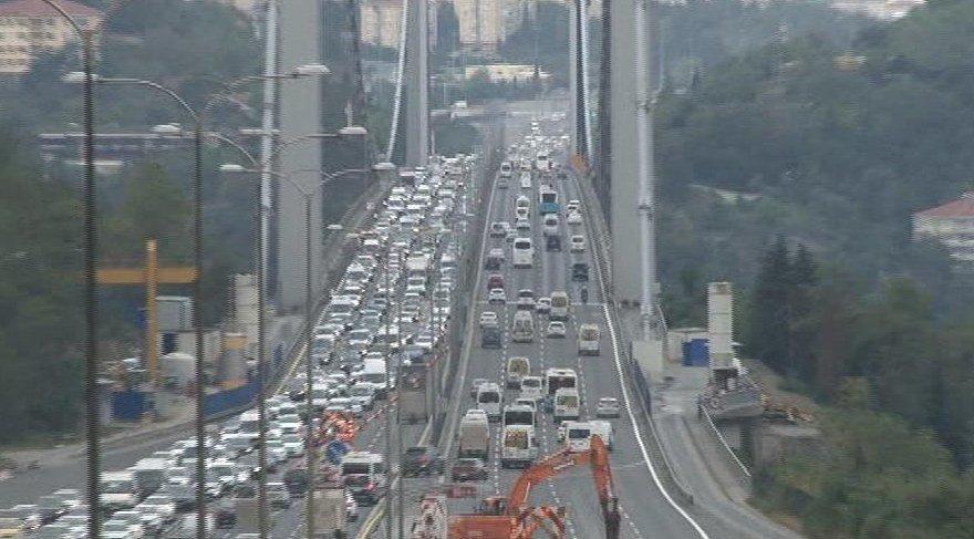 Köprüdeki çalışma trafiği felç etti