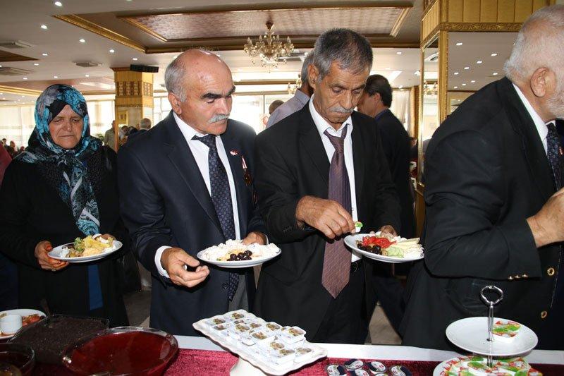 FOTO:DHA - Gaziler ise yemeklerini kendileri almak zorunda kaldı.