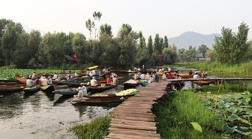 Hindistan'da teknelerde kurulan pazar