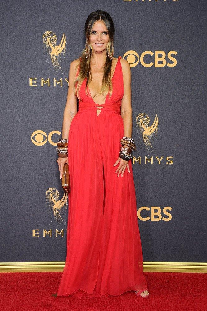Bir diğer kırmızı tercih eden isim Heidi Klum'du... Benzer bir elbise giyen Klum, Dundas imzalı bacak ve göğüs dekolteli kıyafeti, Giuseppe Zanotti ayakkabıları ve oversize aksesuarlarıyla oldukça otantik bir görünüme sahipti...