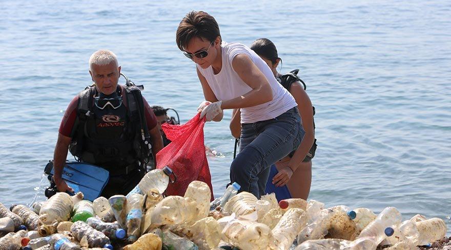Gönüllüler Konyaaltı sahilinde temizlik yaptı