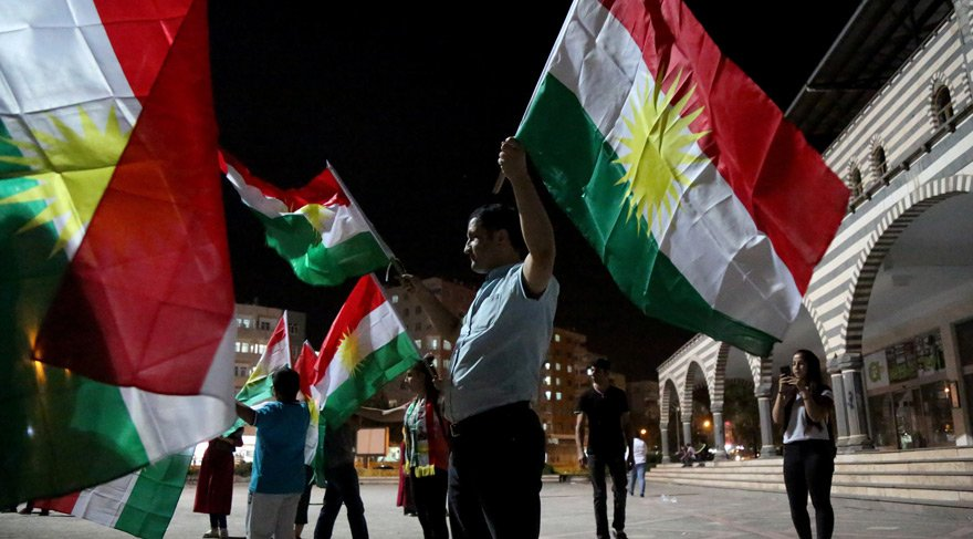 Reuters haber ajansı, Diyarbakır'da referandum sonuçlarını kutlayanları böyle görüntüledi.