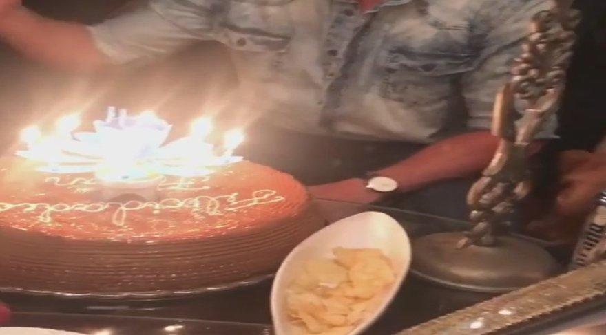 Depreme doğum günü mumunu üflerken yakalandılar!