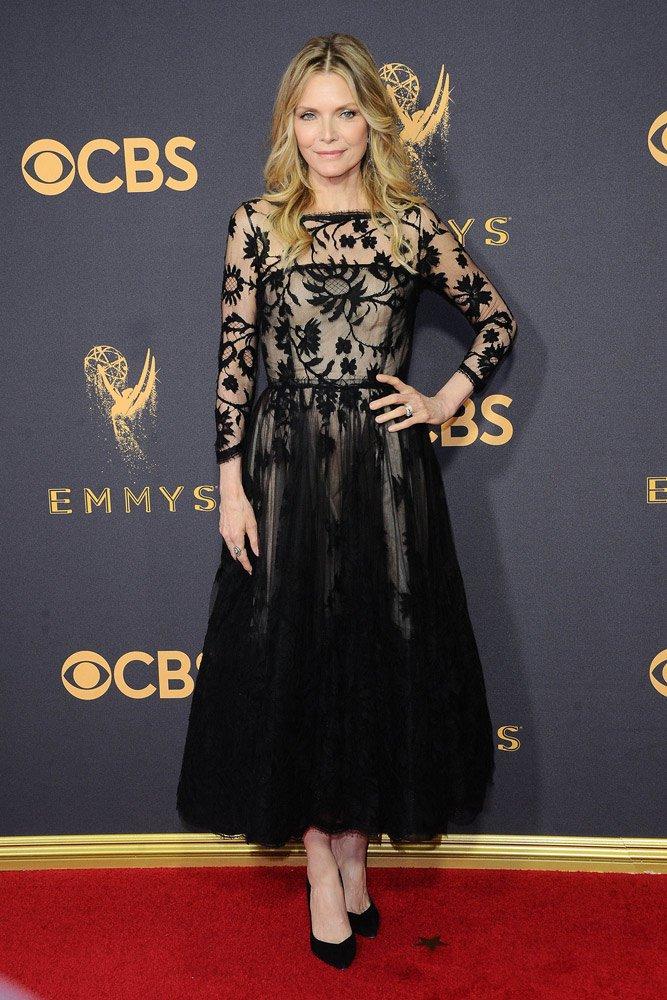 59 yaşındaki Michelle Pfeiffer, dün gece çok şıktı. Oscar de la Renta siyah tül elbisesi, Stelle Luna ayakkabılarıyla oldukça elit bir görünüm elde etmiş...