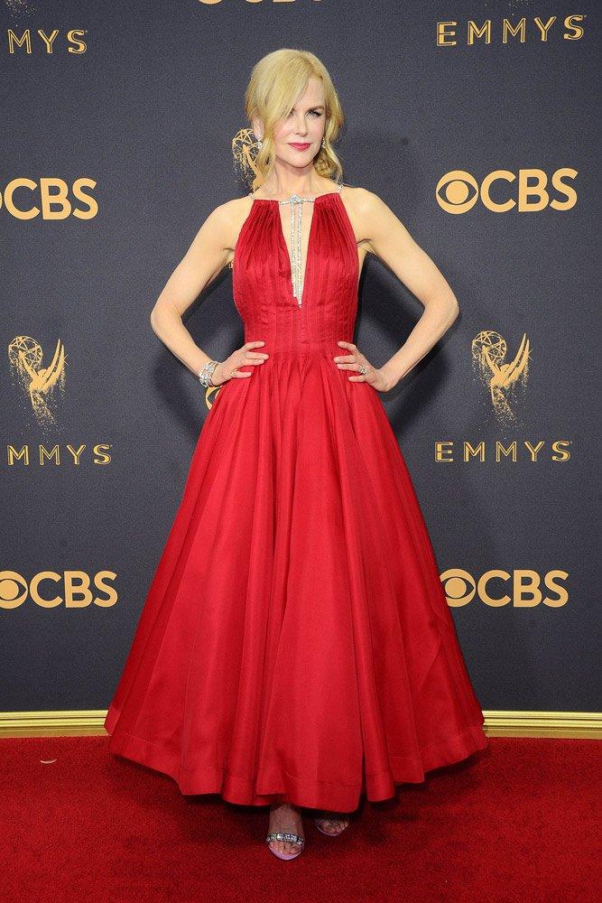 Bir Celine Dion, bir Nicole Kidman... İkisi de yıllara meydan okuyor, gerek stileriyle gerek güzellikleriyle... Nicole Kidman da özellikle özel davetlerde tercih ettiği kıyafetlerle son zamanlarda dikkat çekiyor. Dün gece de Calvin Klein marka kırmızı bir elbisesini Harry Winston mücevherlerle bütünleyen Kidman tam bir prenses gibiydi...