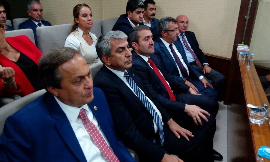 FOTO:SÖZCÜ Kısa süreli gerginliğin ardından CHP İstanbul İl Başkanı Cemal Canpolat ile AKP İstanbul İl Başkanı Selim Temurci yan yana oturdu.