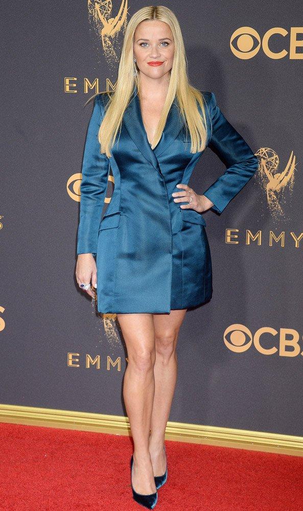 Reese Witherspoon'un oyuncu kimliğinin dışında hem tasarımcı hem kendi markası var ama maalesef Emmy Ödülleri'nde tercih ettiği Stella McCartey marka saten kıyafeti ve Louboutin stilettolarıyla tam olarak gecenin rüküşüydü.