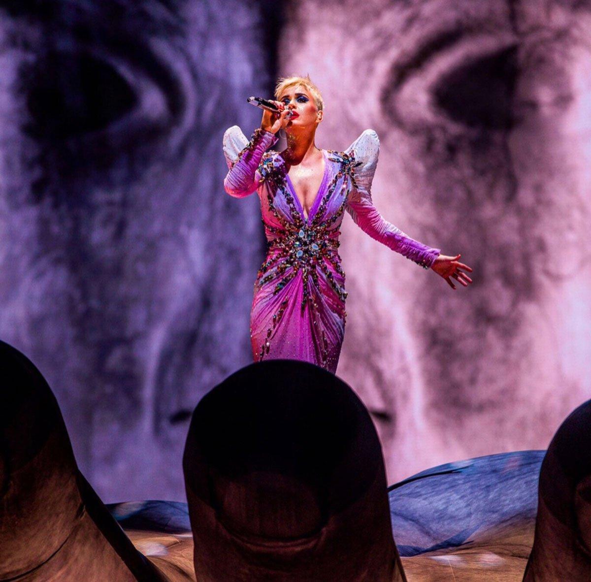 Ve final... Zaldy imzalı bol işlemeli, göğüs dekolteli elbise konserin son kıyafetiydi... Elbise balık formunda hazırlanmıştı ve Katy Perry'ye de çok yakışmıştı...