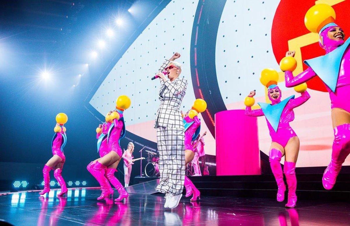 Katy Perry, Adam Selman imzalı takım elbisesini, kendi adını verdiği Katy Perry Collection ayakkabı koleksiyonundan bir spor ayakkabı ile kombinlemiş.