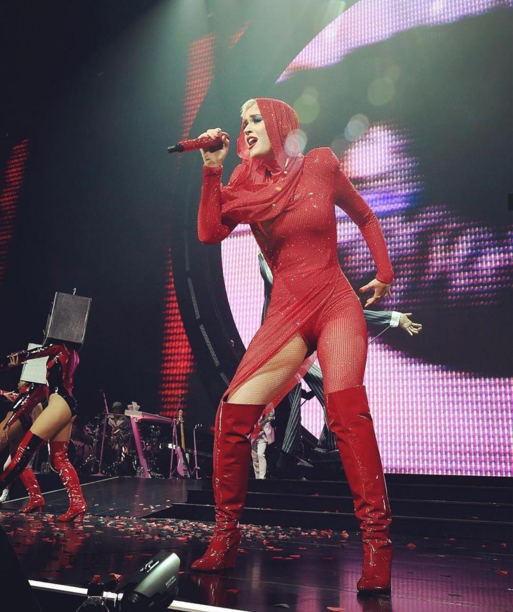 Konsere çıkarken Adam Selman imzalı kırmızı bir kıyafet tercih eden Katy Perry, Sergio Rossi marka diz üstü ruhan çizmeleri ve başına taktığı kapüşonu ile oldukça güzel görünüyordu...