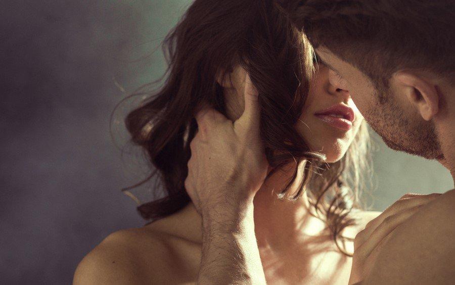 """1- Stresli! Nasty Men (Kötü Erkekler) adlı kitabın yazarı Jay Carter, """"Yorgun, bitkin veya stresli dönemlerde erkeğin cinsel isteğinde azalma yaşanabilir"""" diye açıklıyor. Erkek arkadaşınız, işte yoğun bir dönem geçiriyorsa veya ailesel bir krizin ortasında bulunuyorsa, seks aklından bile geçmiyor olabilir."""