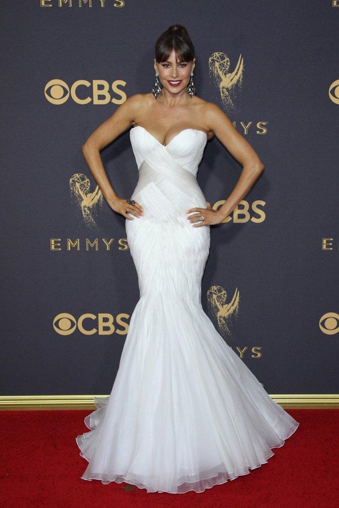Her daim şık olmayı başarabilen nadir kadınlardan biri Sofia Vergara... Mark Zunino imzalı beyaz elbisesiyle deniz kızlarını andıran Vergara'nın yeni saç stilini de çok beğendik...