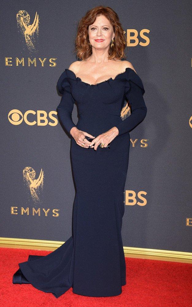 Davetlerde genelde omuz dekolteli kıyafetler giymeyi tercih eden Susan Sarandon, Zac Posen imzalı lacivert balık kesim elbisesiyle çok zarifti...