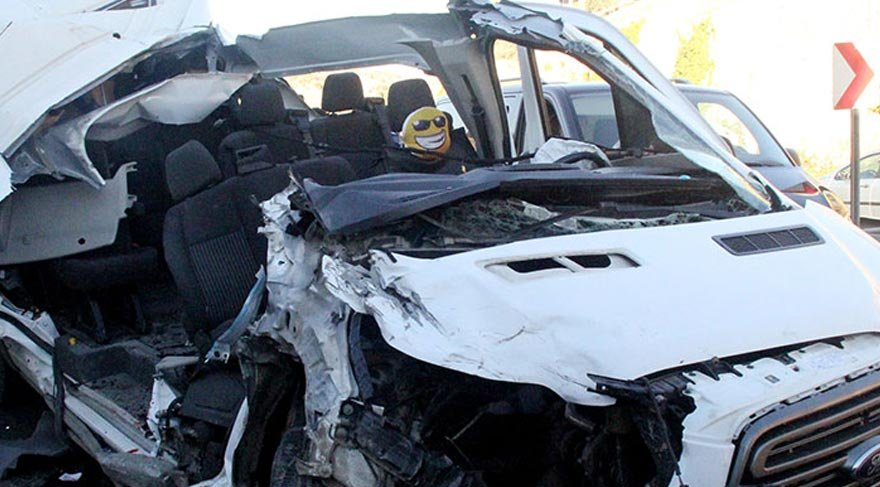 Servis aracı kaza yaptı: 14 yaralı