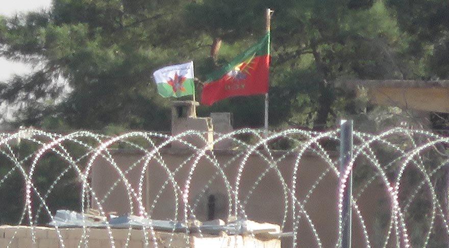 Akçakale sınırındaki Telabyad'a terör örgütü flamaları asıldı
