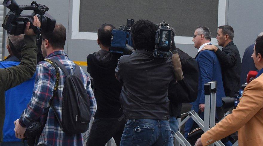 Melih Gökçek'in istifa toplantısında olay çıktı! Akit TV muhabiri tartaklandı