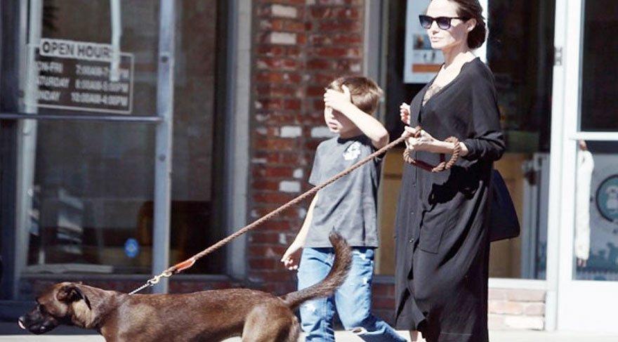 Angelina Jolie oğluyla birlikte sabah yürüyüşünde