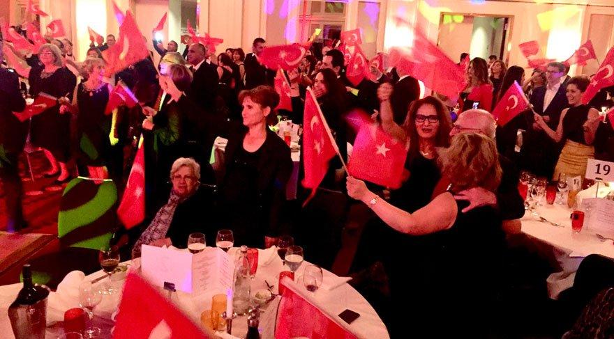 Frankfurt İzmir ve 10. Yıl marşıyla inledi
