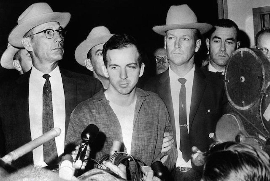Kennedy suikastinin zanlısı Lee Harvey Oswald kameralar karşısında Jack Ruby tarafından öldürüldü
