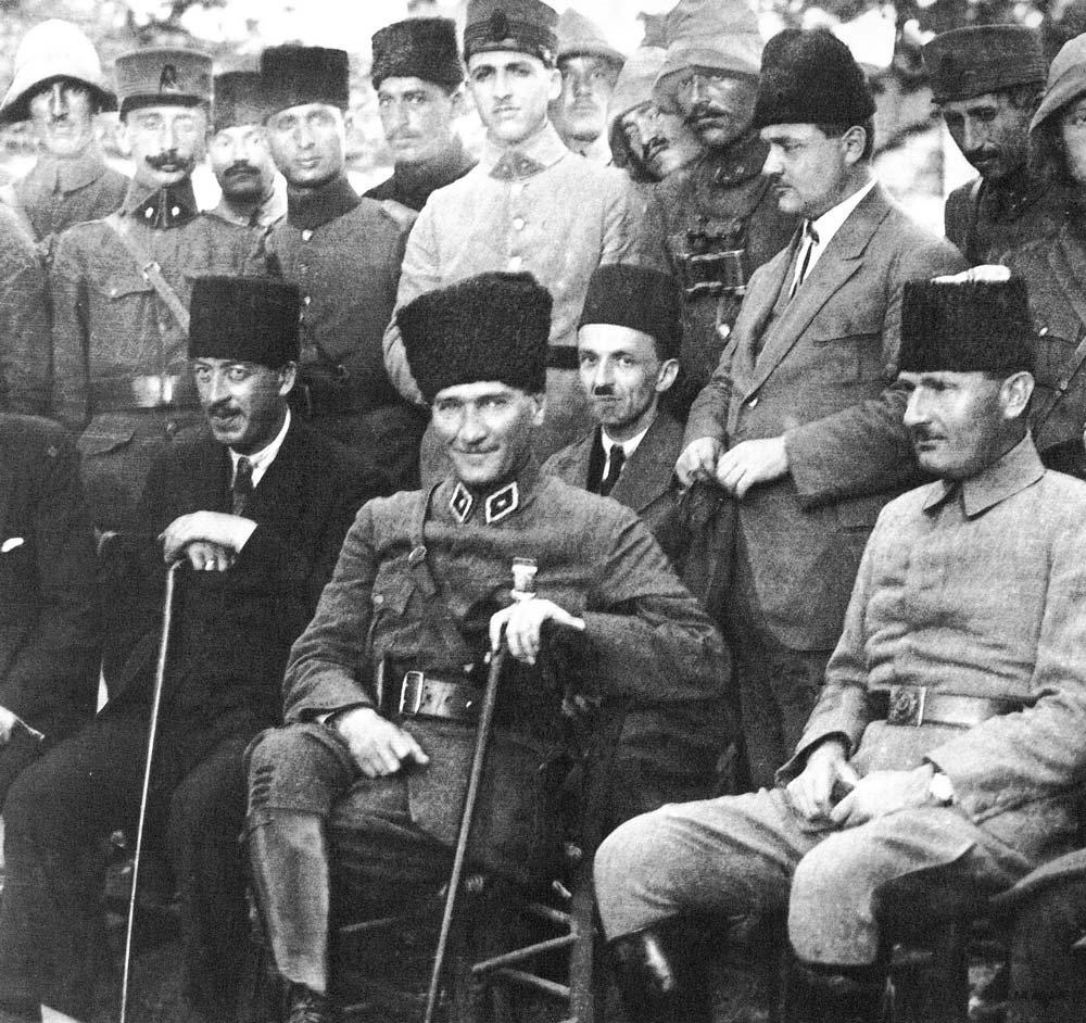 FOTO: DEPOPHOTOS/ Başkomutan Gazi Mustafa Kemal Paşa, Karaçam Cephesi'nde, Halit Paşa Karargâhı'nda İstanbul gazetecileri ile birlikte, 18 Haziran 1922