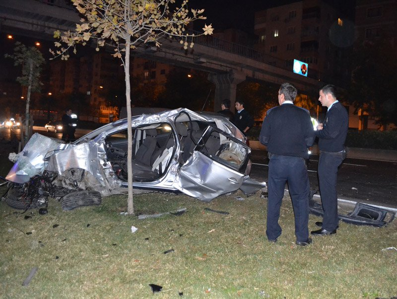 FOTO:İHA - Polislerin içinde bulunduğu otomobil hurdaya döndü.