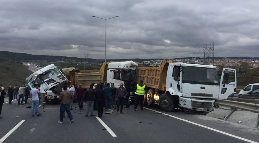 İstanbul'da yine kamyon dehşeti! Yarışırken kaza yaptılar
