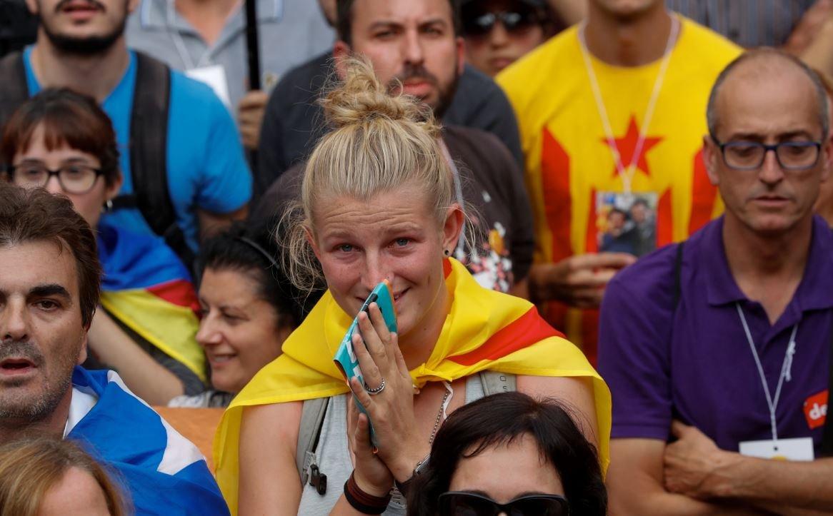 Parlamento önüne kurulan dev ekranlarla süreci takip eden Katalanlar sevinç gösterilerinde bulundu.