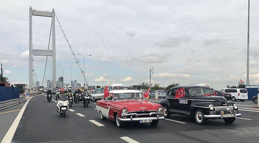 Klasik otomobilciler ve motosiklet tutkunları köprüden 'Cumhuriyet' için geçti