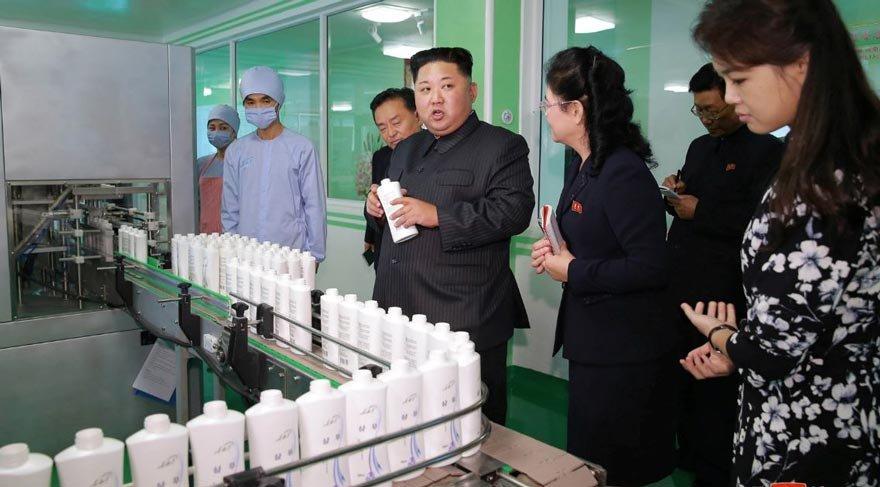 Kim, hanımıyla fabrika ziyaretinde