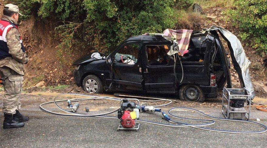 Artvin'de feci kaza! Aracın üstüne kaya düştü: 3 ölü