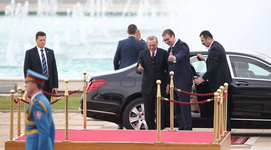 Havaalanındaki karşılamadan saatler sonra Vuçiç, Erdoğan için bir tören düzenledi.