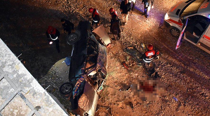Otomobil alt geçit inşaatına uçtu: Ölü ve yaralılar var
