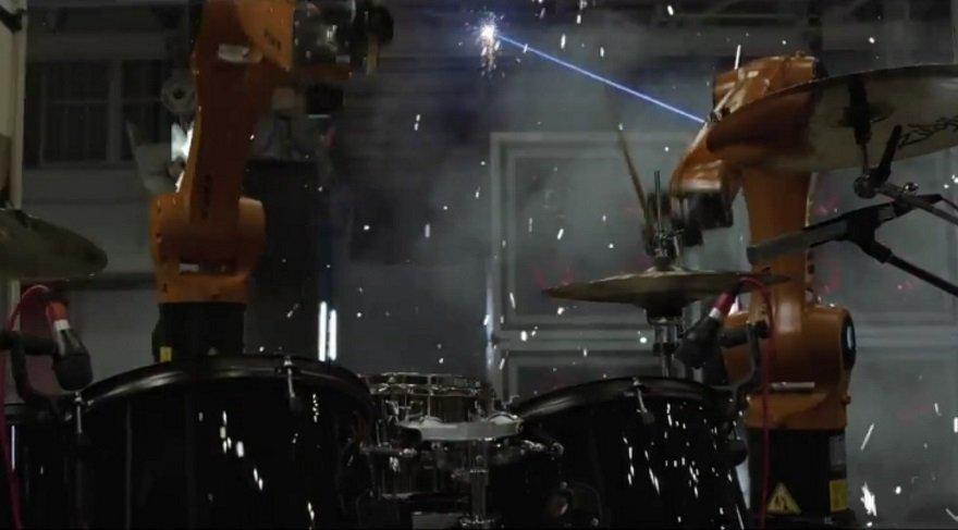 Robotlar solo mu atacak? Rock müzik yapan endüstriyel robotlar!
