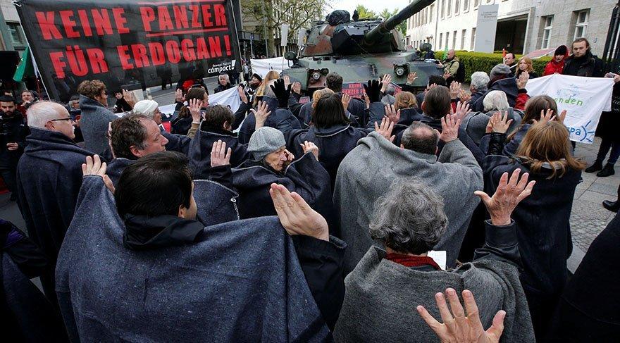 Daha önce Berlin'de Türkiye'ye savunma malzemeleri satışının yasaklanması için Bundestag (Meclis) önünde protesto gösterisi düzenlenmişti. Fotoğraf: Reuters