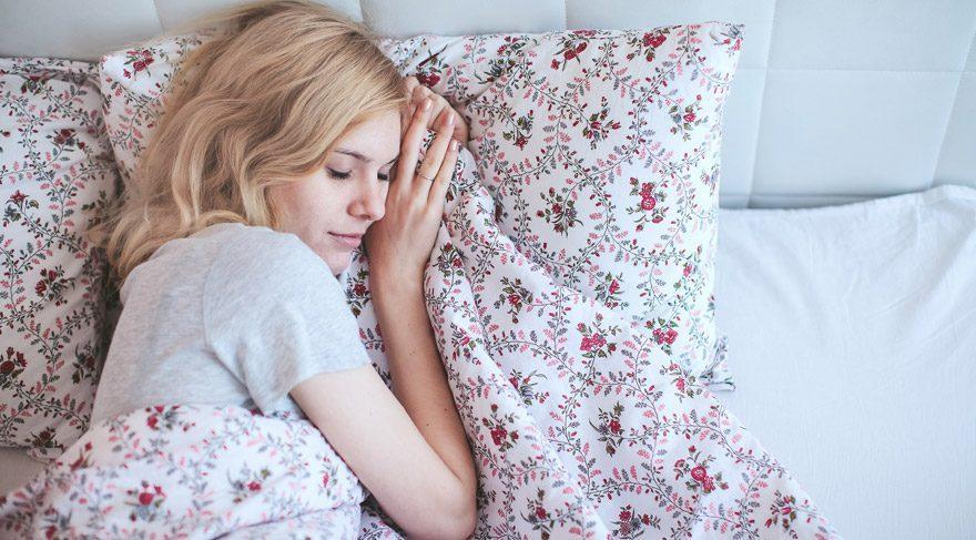 Uyurken sola doğru mu yoksa sağa doğru mu yatmalı? Bilim insanları açıkladı…